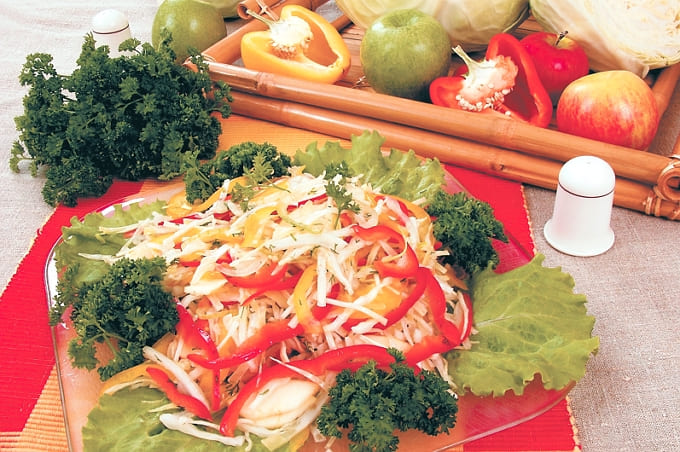 Салат из белокочанной капусты со сладким перцем и яблоками