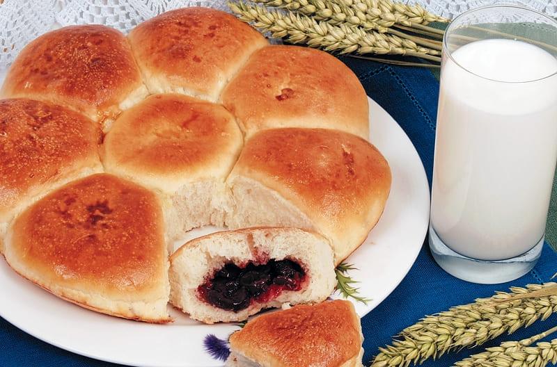 Дрожжевые булочки с вишневой начинкой