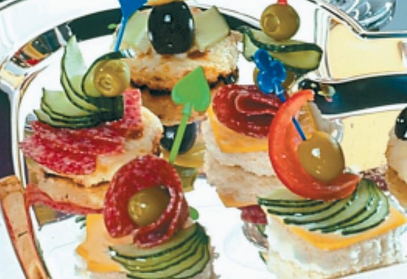 Мини бутербродики канапе с сыром и огурцами