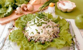 Слоёный мясной салат с грибами