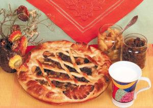 Пирог с изюмом и вареньем