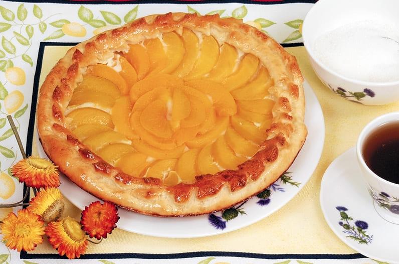 Дрожжевой пирог с консервированными персиками