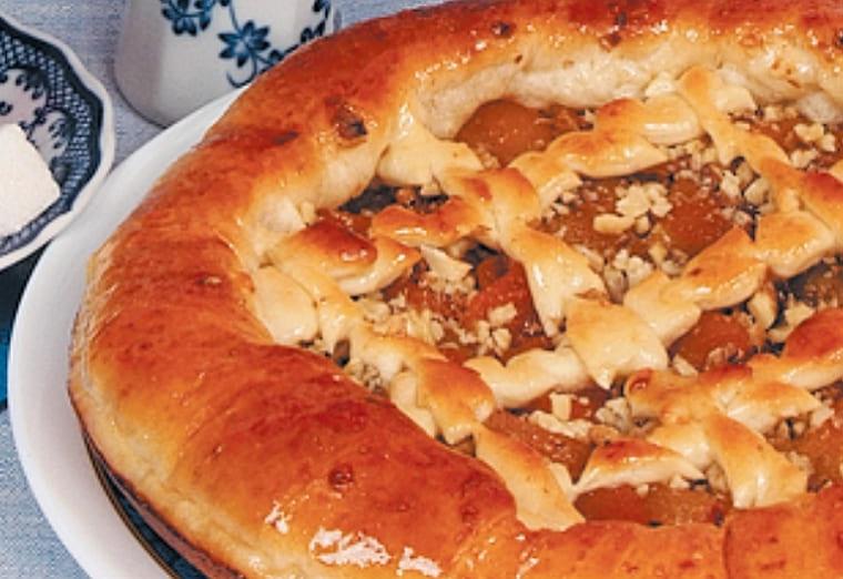 Вкусный пирог с курагой и орехами