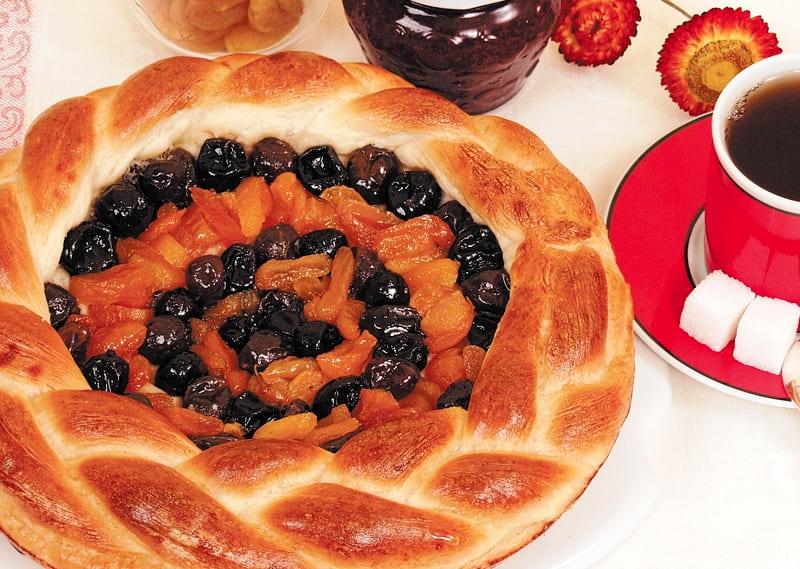 Вкусный пирог с курагой и вареньем