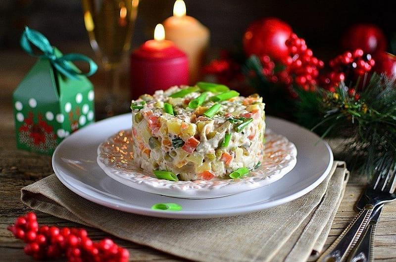 Новогодний салат Оливье с курицей