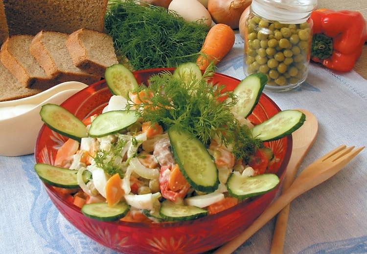 Вкусный салат из сельди и овощей