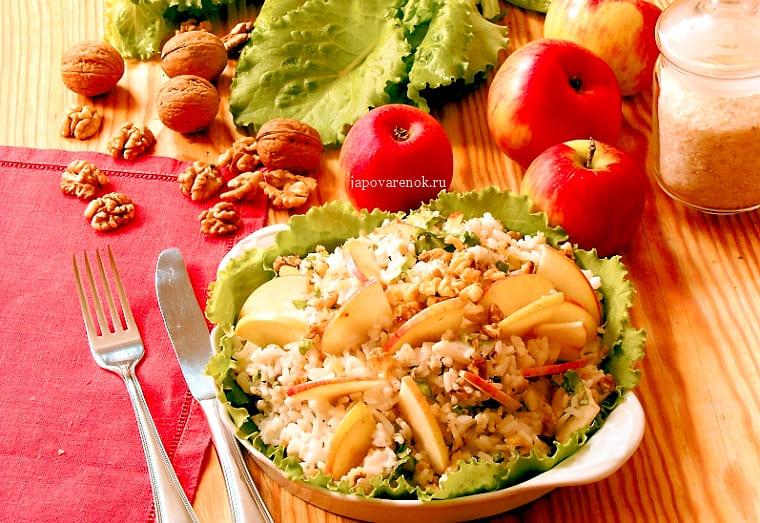 Салат из судака с яблоками и орехами