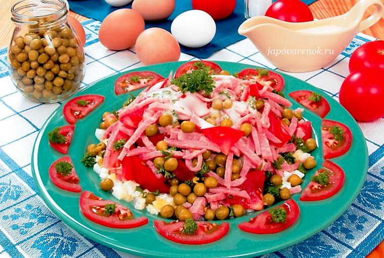 Салат из ветчины с помидорами и зеленым горошком