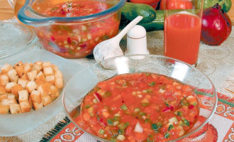 Холодный томатный суп с гренками