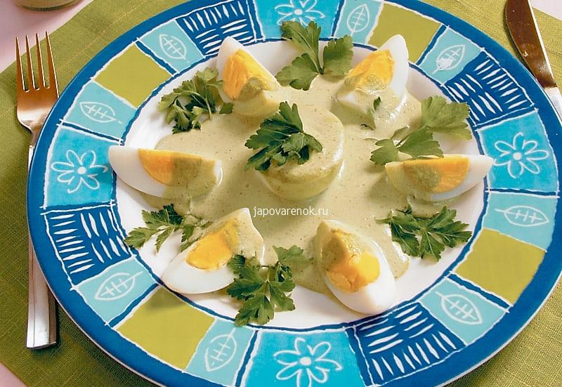 Варёные яйца под соусом