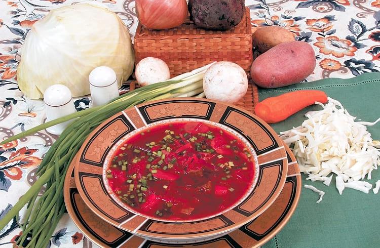 Красный борщ с грибами на мясном бульоне