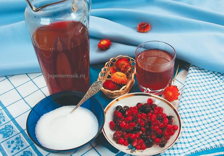 Сладкий компот из ягод