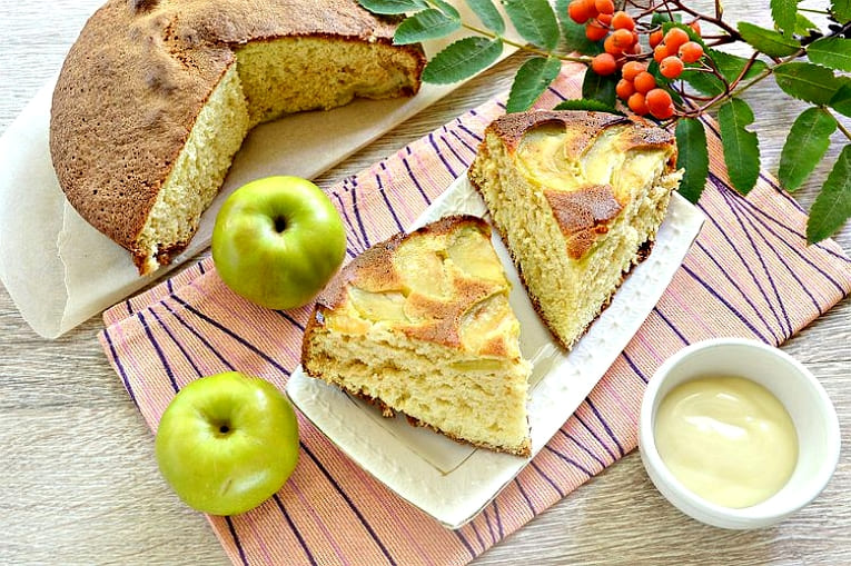 Вкусная шарлотка на сгущенном молоке с яблоками