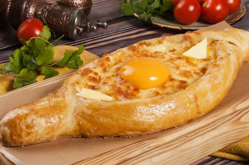 Хачапури по-аджарски лодочка с сыром и яйцом