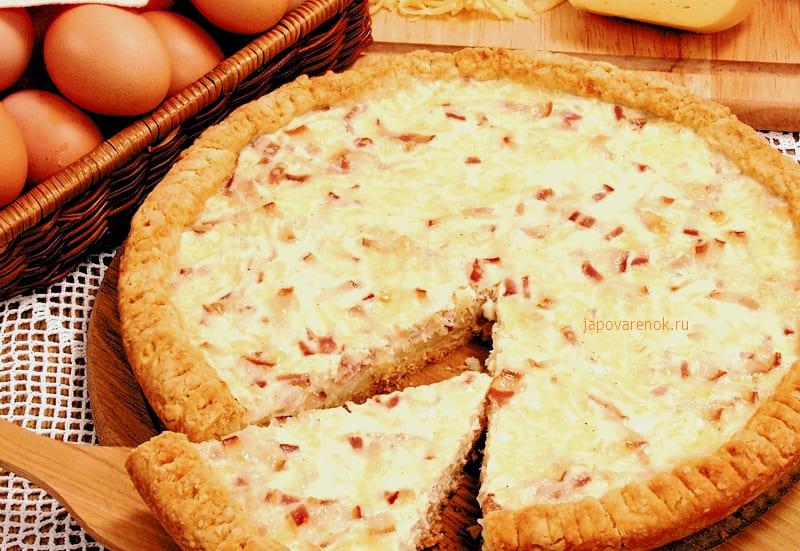 Пирог с сыром и грудинкой