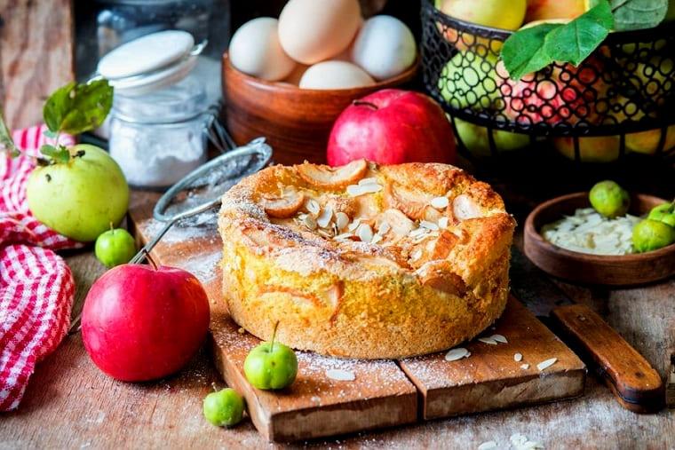 Шарлотка с кислыми яблоками и корицей