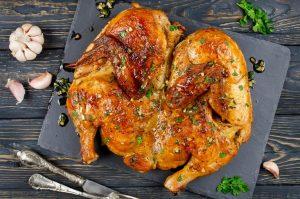 Цыпленок табака под прессом на сковороде