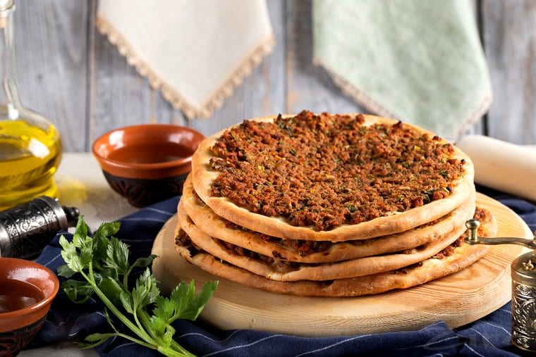 Лахмаджун - турецкая пицца с фаршем и помидорами