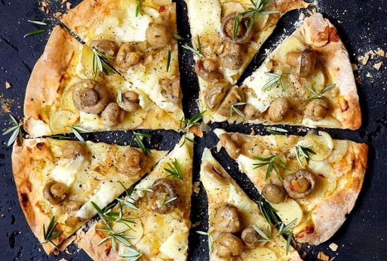 Постная пицца с картофелем и грибами