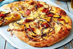 Пицца с картофелем и помидорами