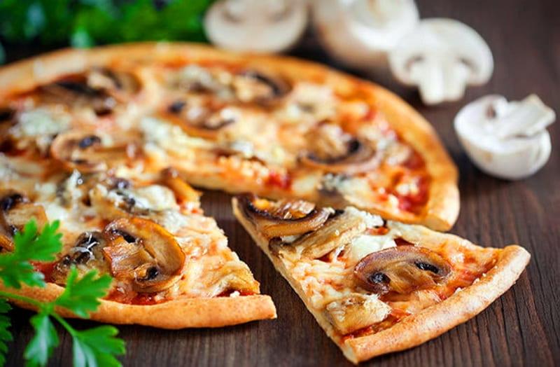 Итальянская пицца с грибами и сыром
