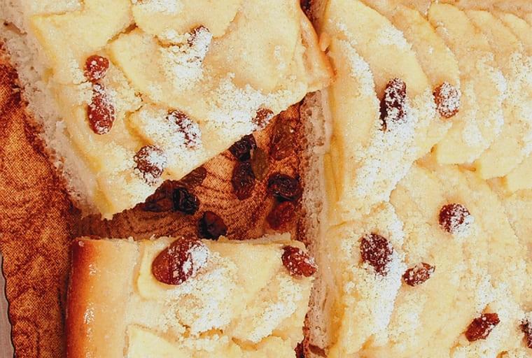 Открытый яблочный пирог с кондитерской крошкой и изюмом