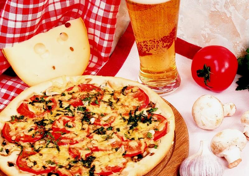 Итальянская пицца с грибами и помидорами