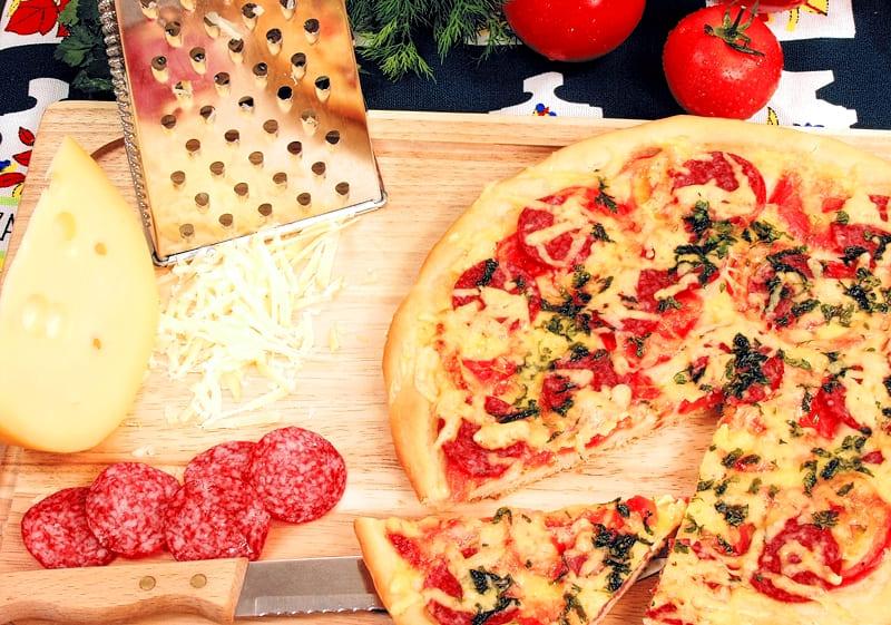 Простая пицца с сырокопченой колбасой