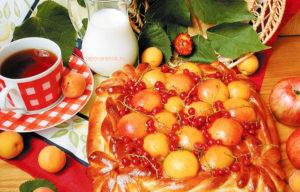 Пирог с абрикосами и смородиной