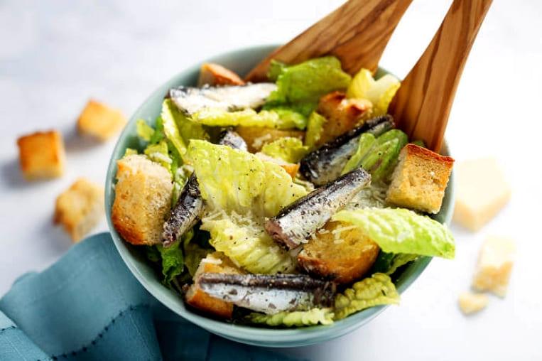 Как приготовить салат Цезарь с анчоусами