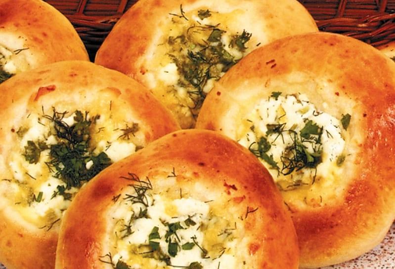 Дрожжевые ватрушки с сыром