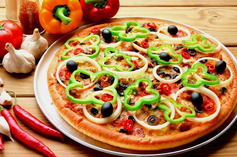 Пицца с оливками и помидорами черри