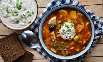 Наиболее распространенными первыми блюдами являются щи, уха, борщ и солянка