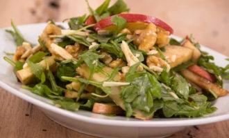Салат мясной с добавлением яблок