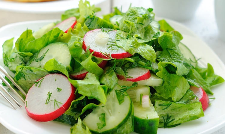 Весенний салат из редиса и огурцов
