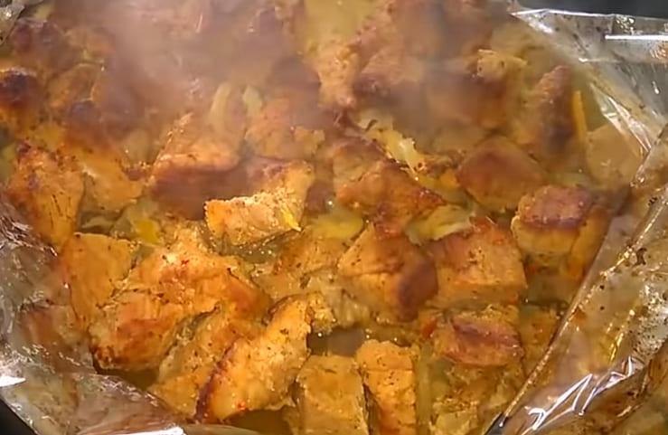Мясо запеченное на луковой подушке
