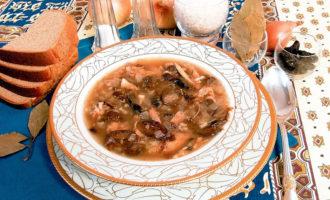 Куриный суп с рисом, черносливом и луком-пореем