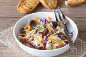 Салат из свежей капусты и моркови сизюмом