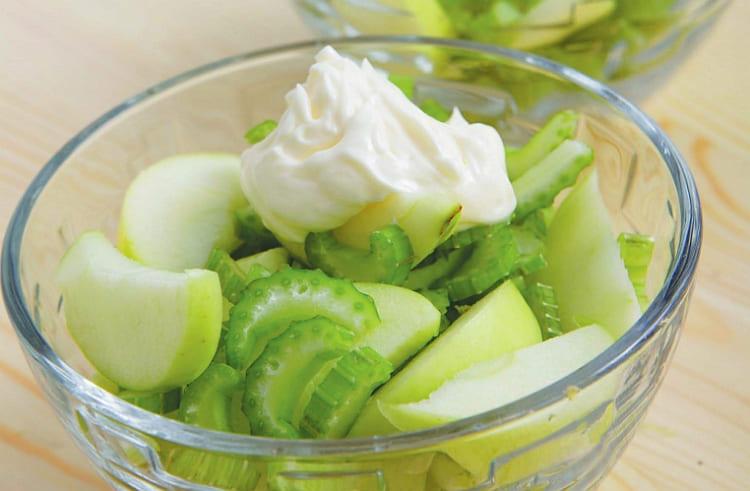 Простой салат с сельдереем и зелёным яблоком