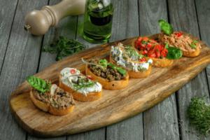 Брускетты с сыром, грибами и помидорами
