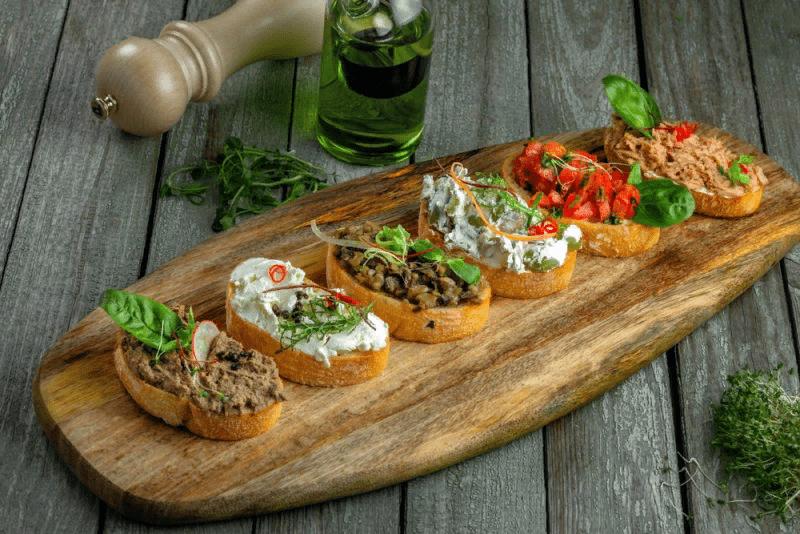 Брускетты с сыром, помидорами и грибами