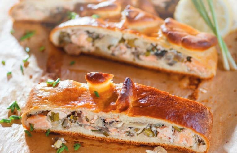 Кулебяка с лососем и грибами из дрожжевого теста