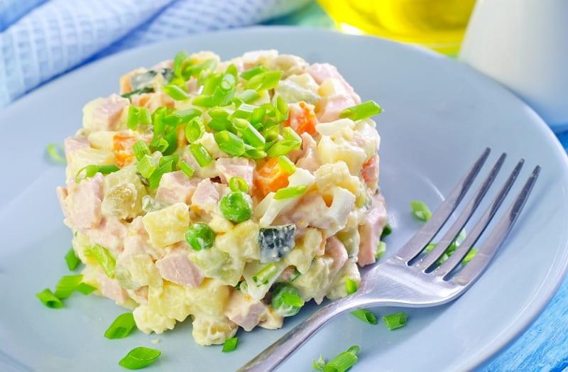 Вкусный салат Оливье с мясом курицы