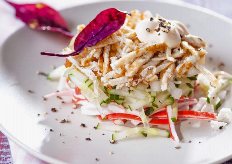 Салат с крабовыми палочками и копчёным сыром