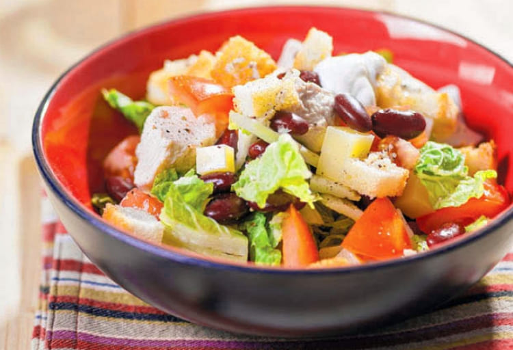 Салат с курицей, красной фасолью и сухариками