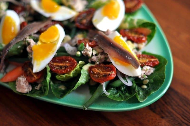 Знаменитый салат Нисуаз с анчоусами