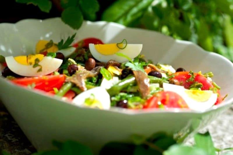 Французский салат Нисуаз с анчоусами классический