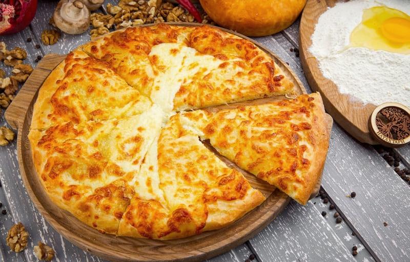 Хачапури по-мегрельски - грузинский пирог с сыром сулугуни