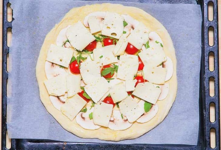 Как приготовить пиццу с помидорами и грибами