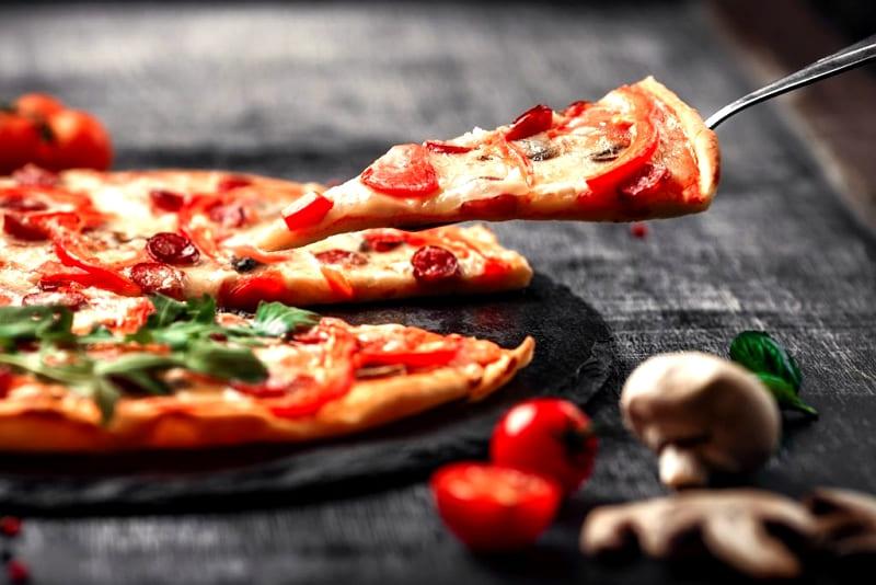 Пицца с грибами шампиньонами, помидорами черри и моцареллой